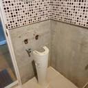 ซากอ่างล้างหน้าในห้องน้ำ