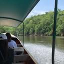 นั่งเรือข้ามแม่น้ำเพื่อมาที่พัก