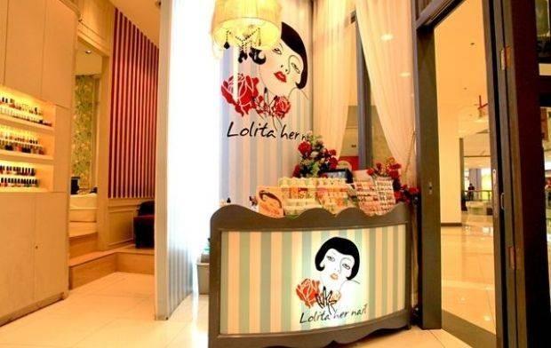 Lolita Her Nails