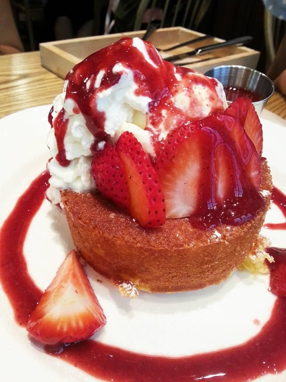 Strawberry Pancake soufflé (185 บาท) ชอบเมนูนี้สุดในบรรดา pancake souffle เลยค่ะ