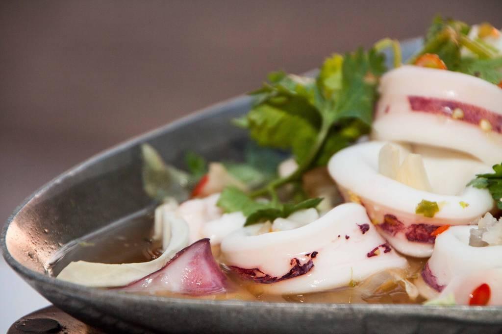 ปลาหมึกไข่นึ่งมะนาว (265.-)