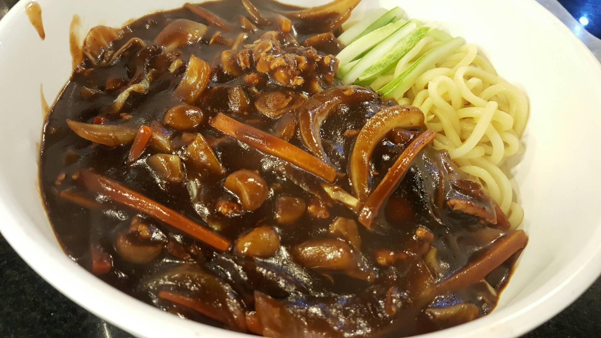 ชุดสุดคุ้ม : ชุดบะหมี่ดำ (จา จัง มยอน) / เกี๊ยวกุ้งซาเซมิ / น้ำ : ดำๆ เครื่องดูแ