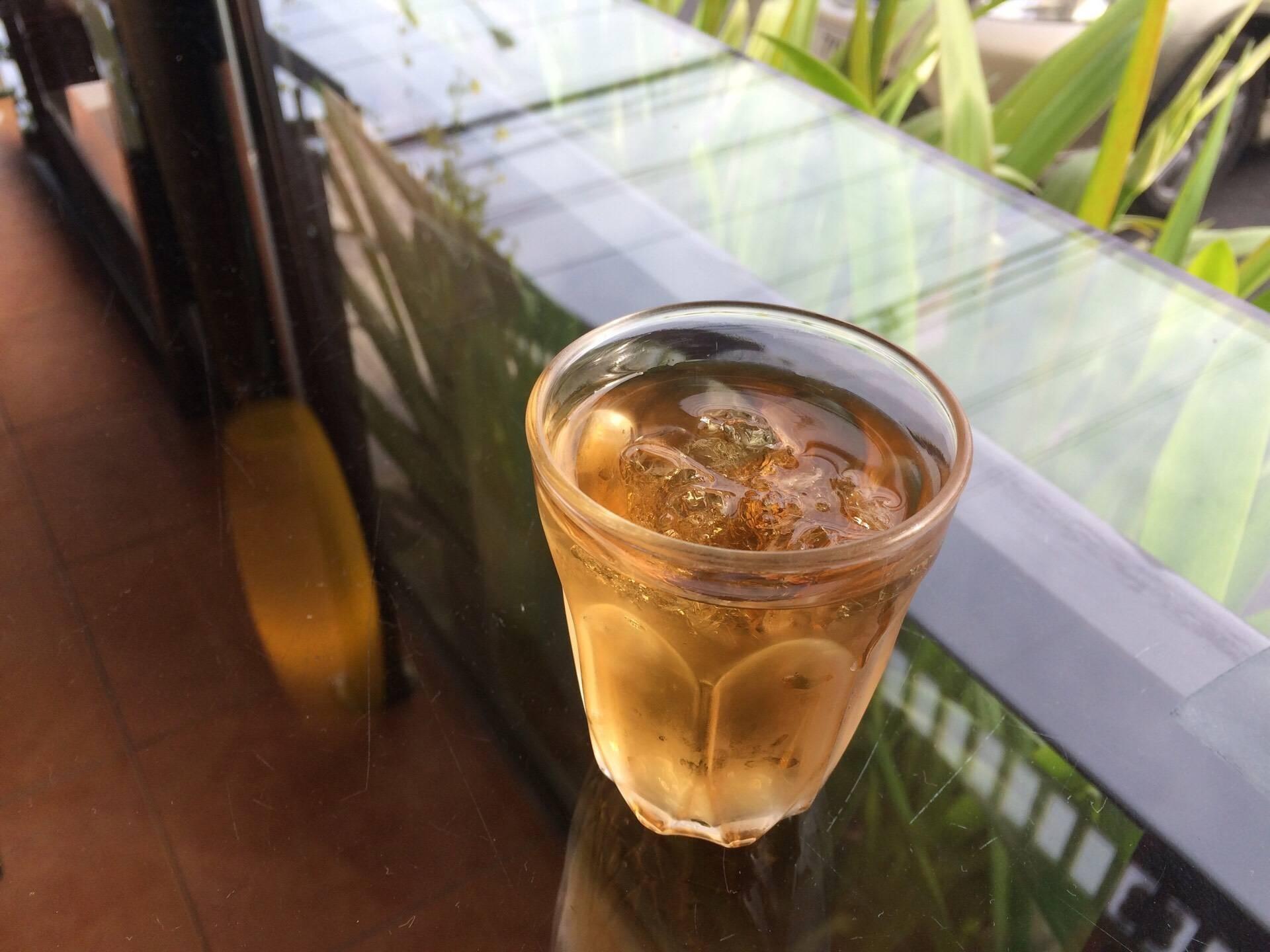 น้ำชาเสิร์ฟระหว่างรอเครื่องดื่ม