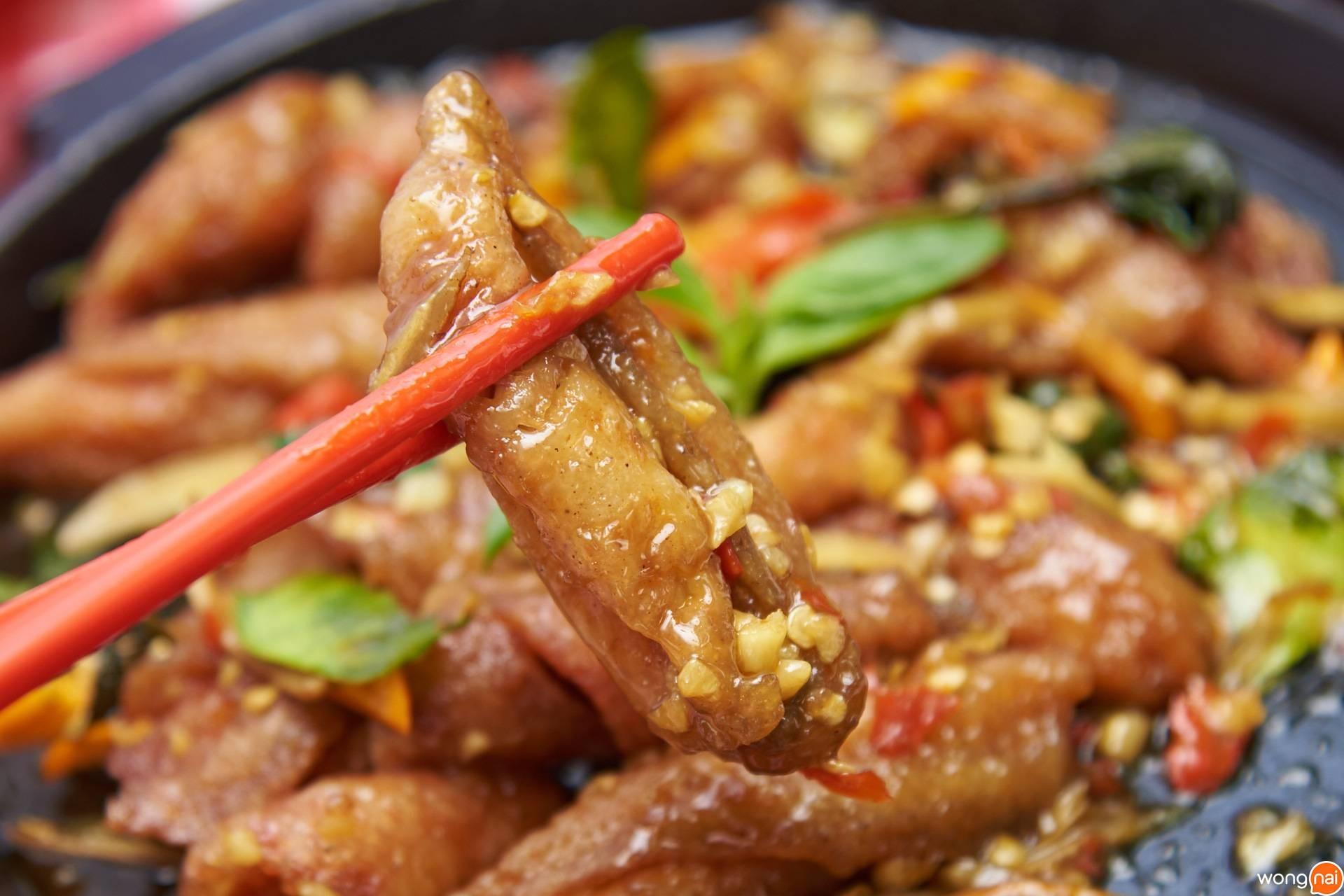 เนื้อปลากะพงผัดฉ่ากระทะร้อนของ ร้าน คิวทอง คิทเช่น