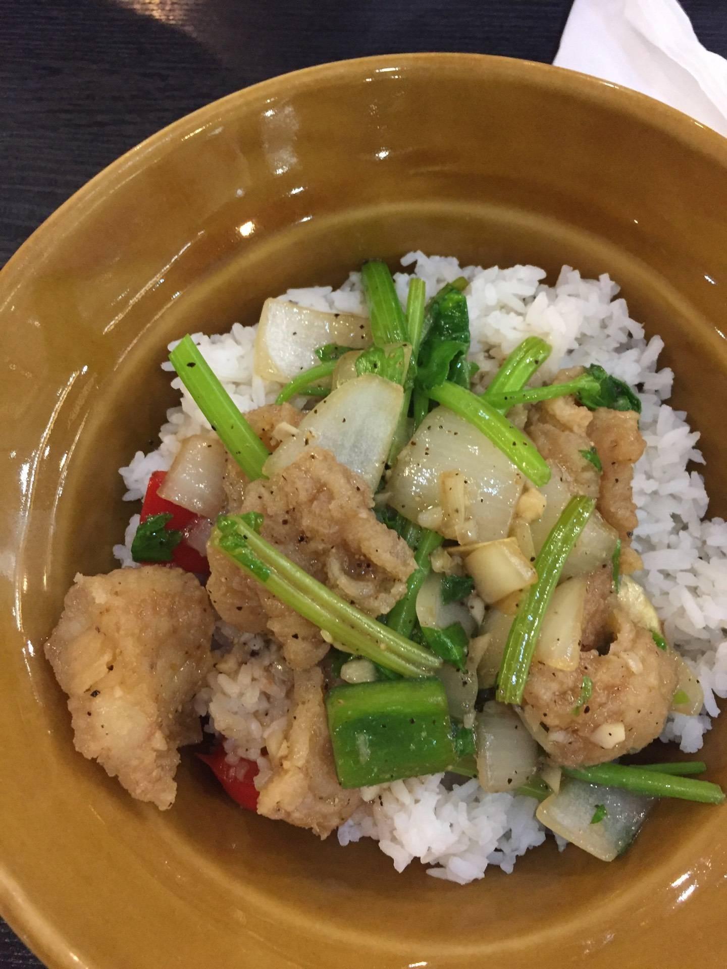 ข้าวปลาทอดพริกไทยดำ