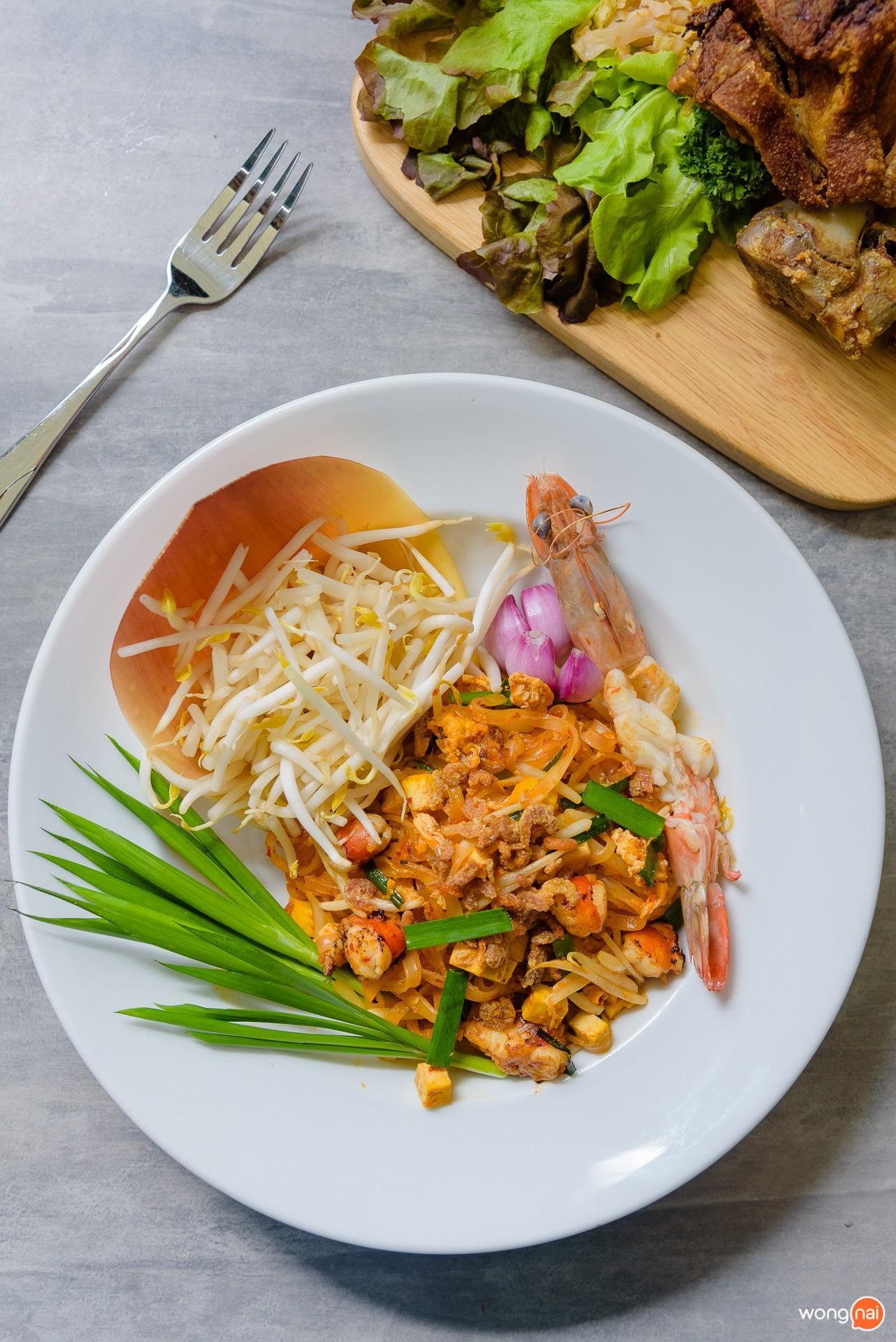"""เมนู """"ผัดไทกุ้งลายเสือ"""" ของร้าน """"Pint Factory"""" ในโซน Public House ของห้าง Central Festival Phuket"""