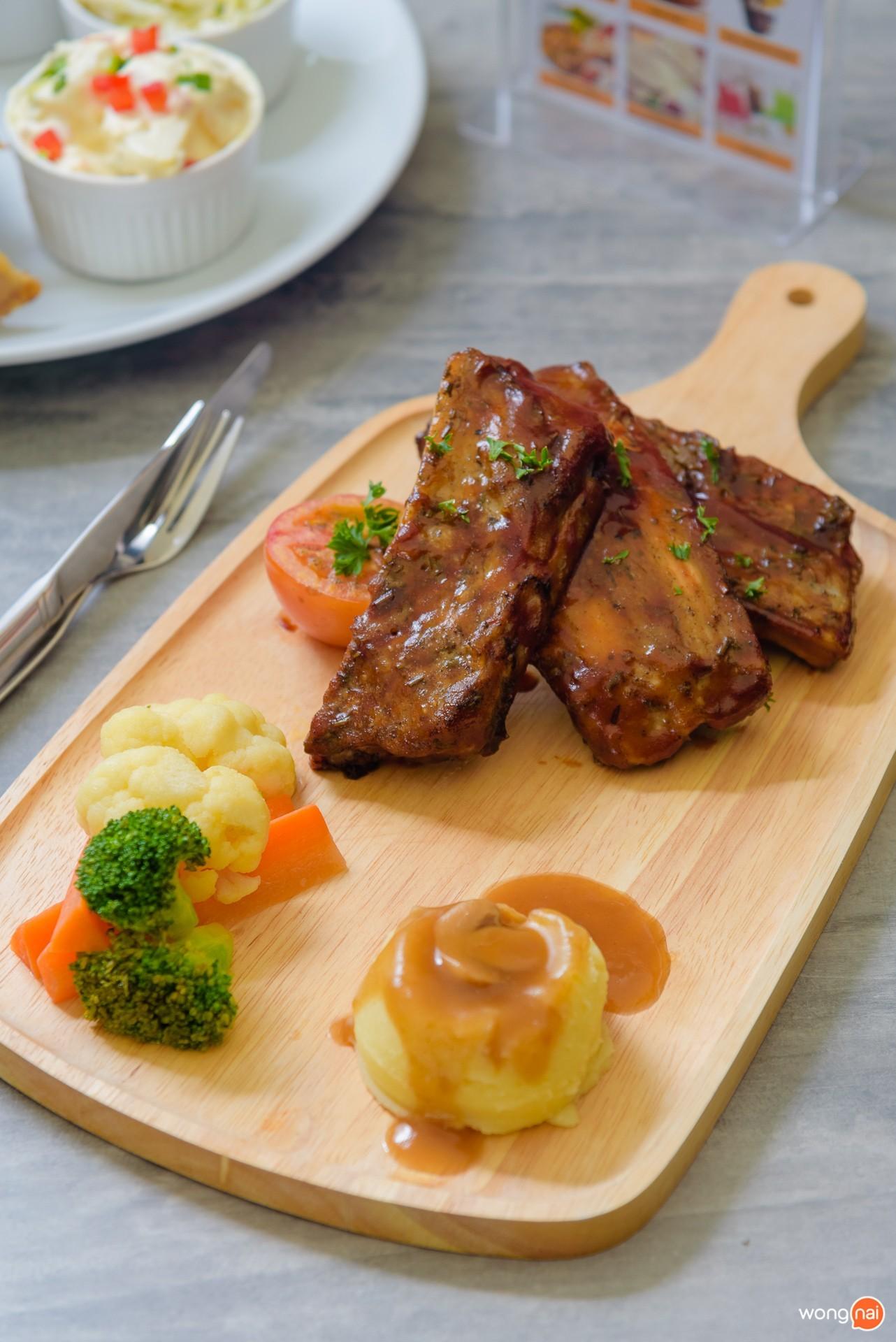 """เมนู """"BBQ Pork Ribs"""" ในโซน Public House ของห้าง Central Festival Phuket"""
