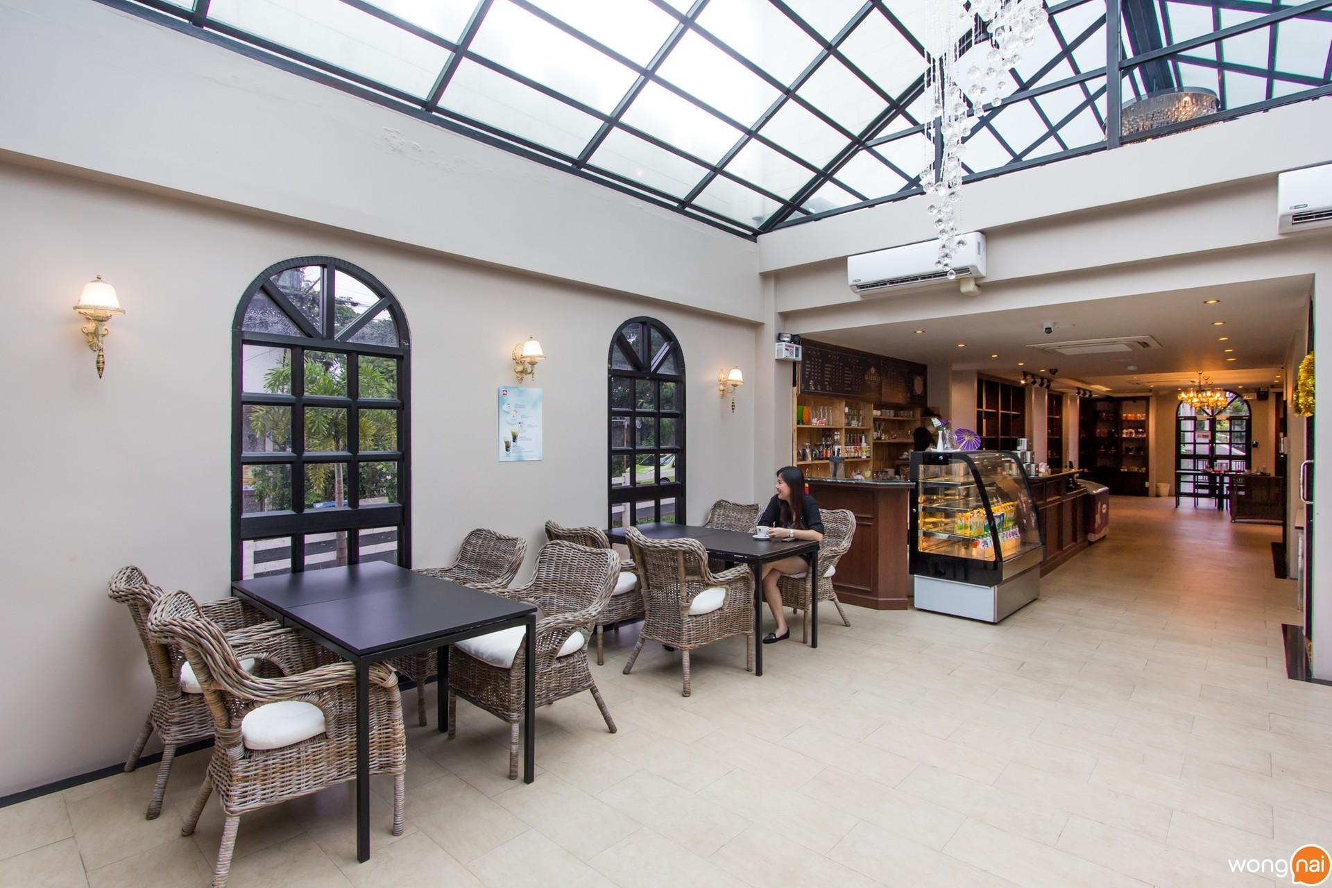 บรรยากาศภายในโซนร้านกาแฟ ของสวนอาหาร Wine Village