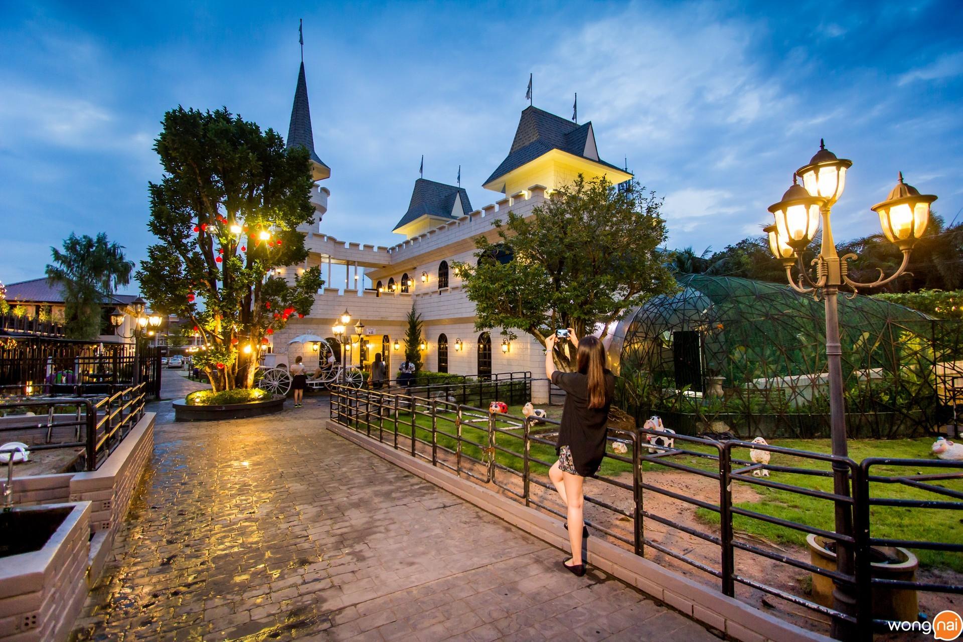 บรรยากาศสวนสวยและปราสาทเทพนิยาย ของสวนอาหาร Wine Village