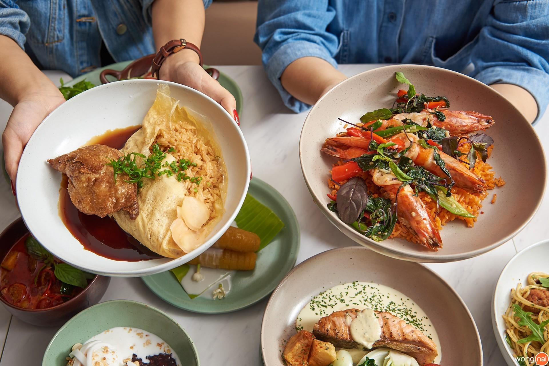 ข้าวผัดซีอิ๊วญี่ปุ่นห่อไข่หน้าเป็ดล่อนทอด และ ข้าวผัดพริกมันกุ้ง กุ้งลายเสือกะเพรา ร้าน The Terrace