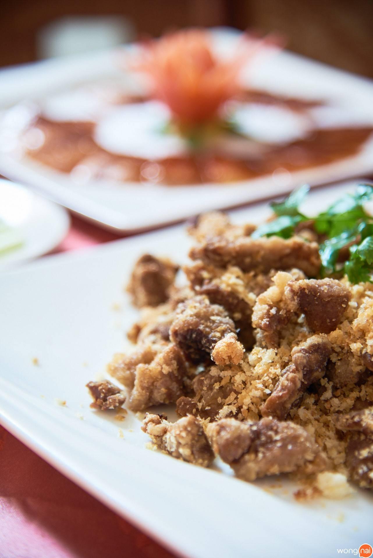 """""""เนื้อเป็ดทอดกระเทียม"""" ของร้าน Ho Kitchen Seafood"""