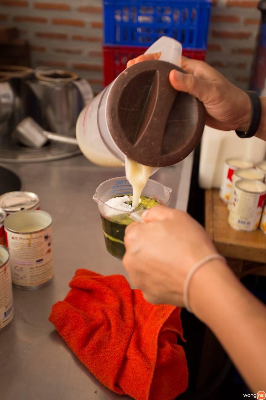 ชงกาแฟโบราณ ร้าน กาแฟโบราณเขียดเขียว ขอนแก่น