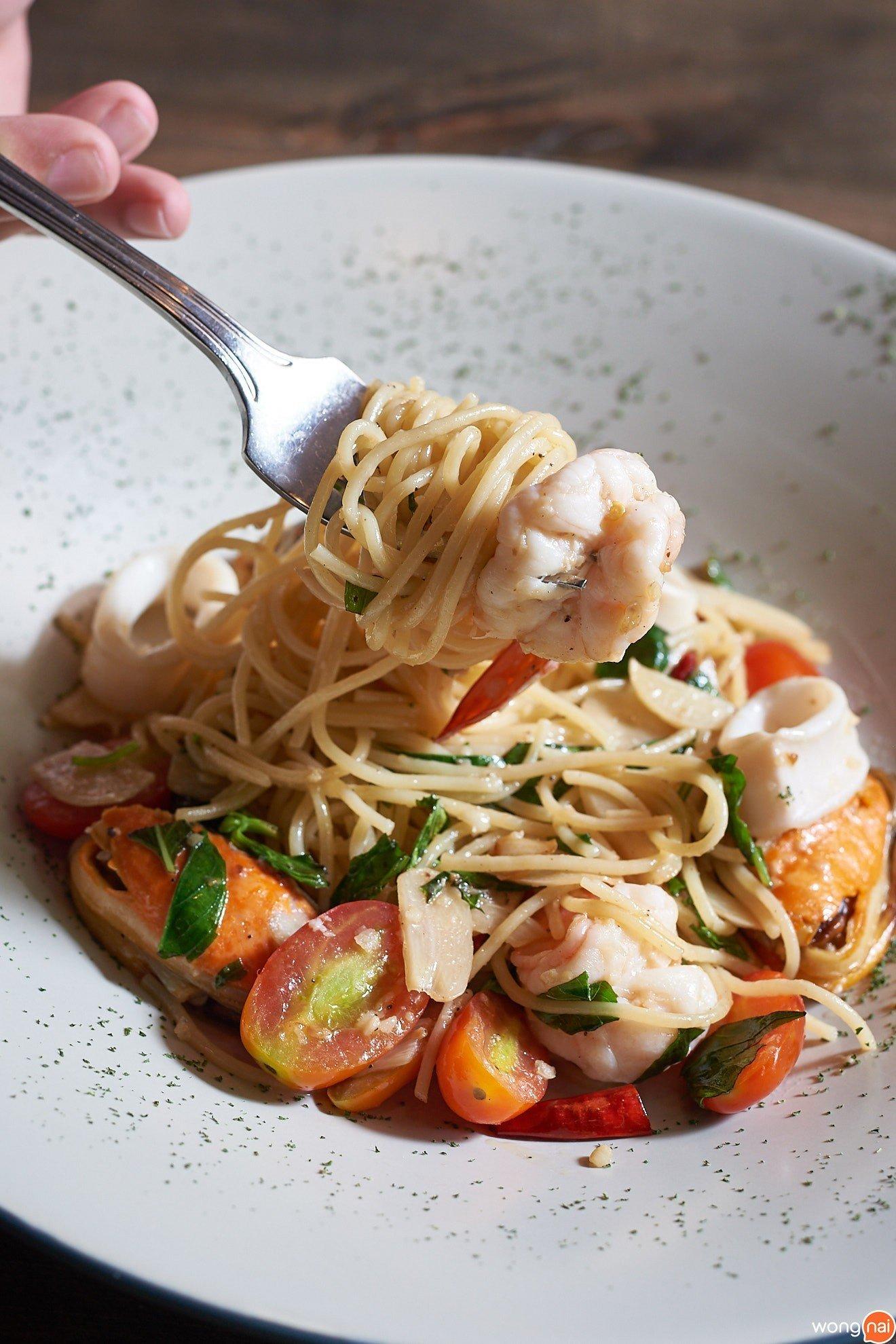 """เมนู """"Spaghetti A.O.P. Seafood"""" ร้าน """"Bottoms up"""""""
