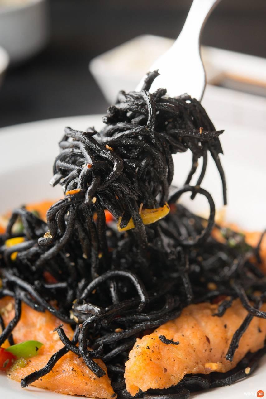 สปาเกตตีหมึกดำแซลมอนผัดพริกเกลือ ร้าน Wine22 ขอนแก่น