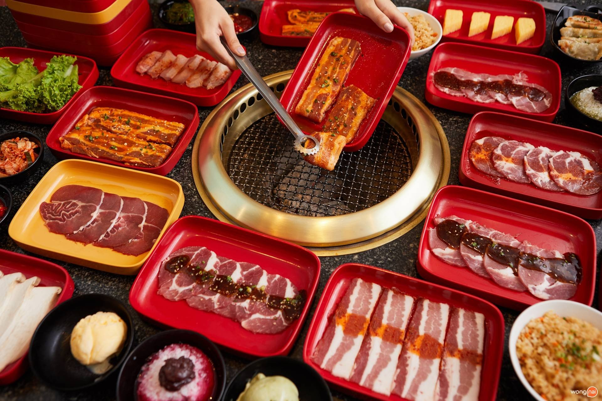 """เมนู """"หมูสามชั้นสไปซีโกชูจัง"""" ของร้าน """"AKA"""""""