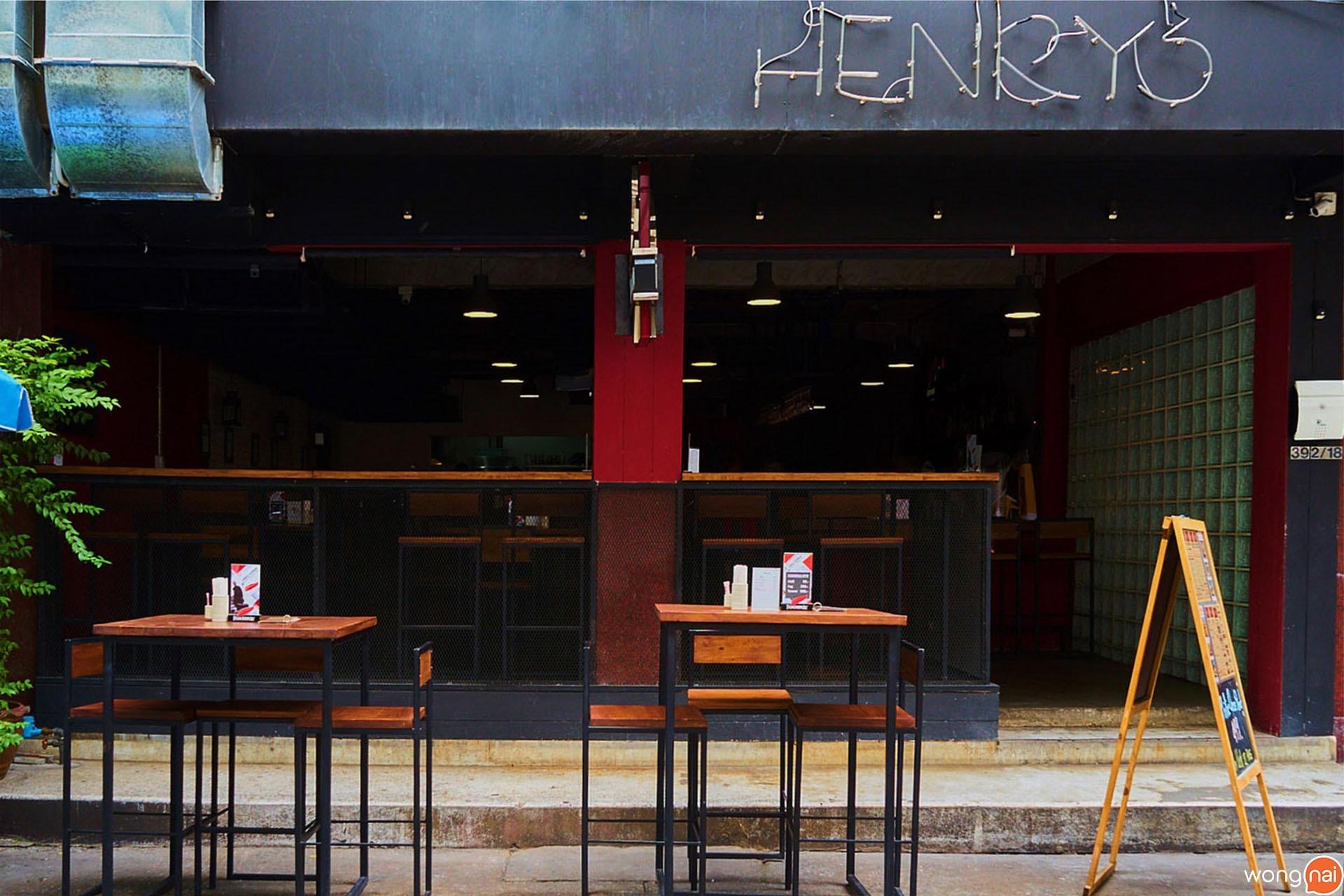บรรยากาศหน้าร้าน ของร้าน Henry's Gastro Pub