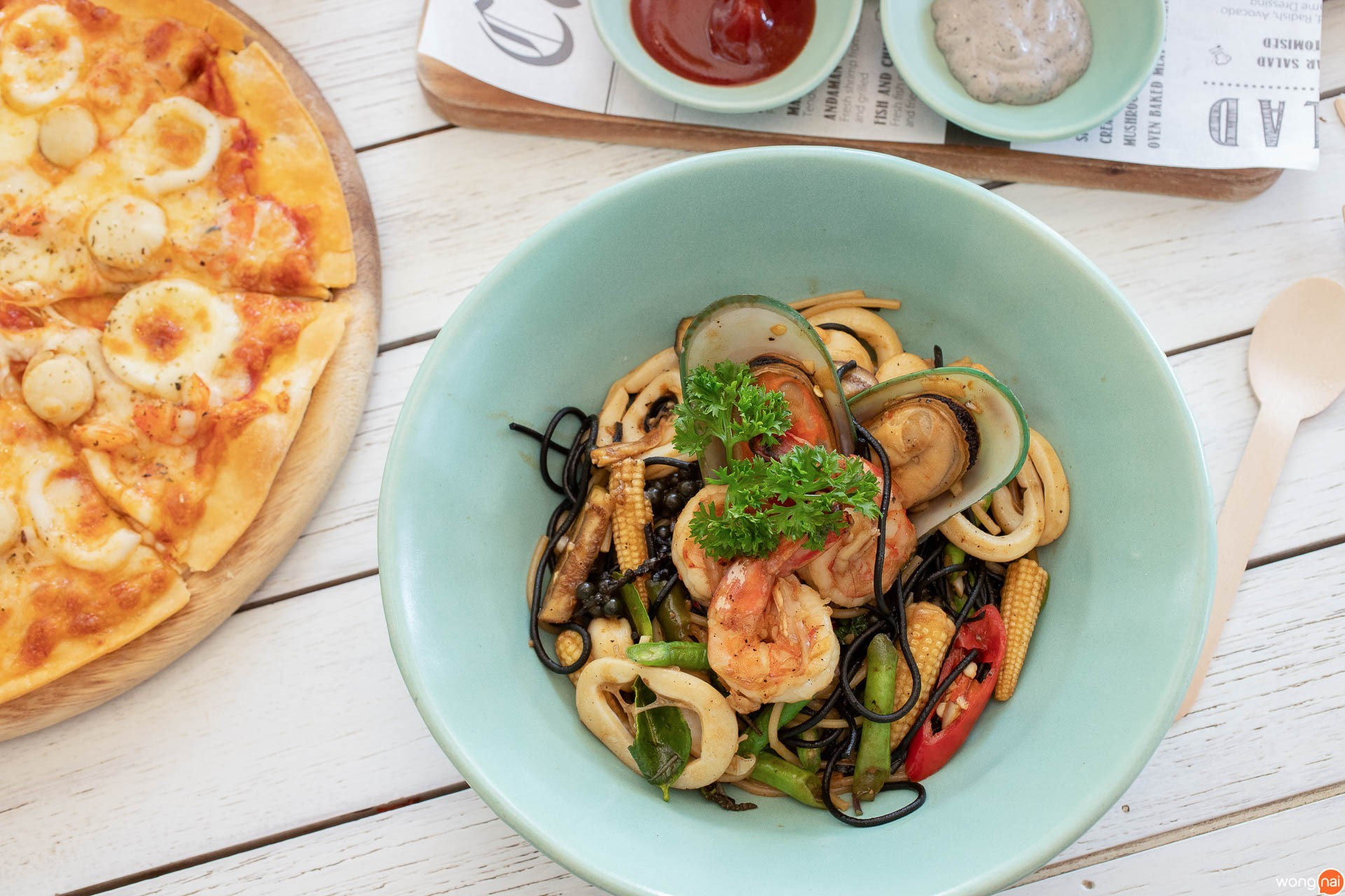 """เมนู """"Black & White Spaghetti with seafood in spicy basil Sauce"""""""
