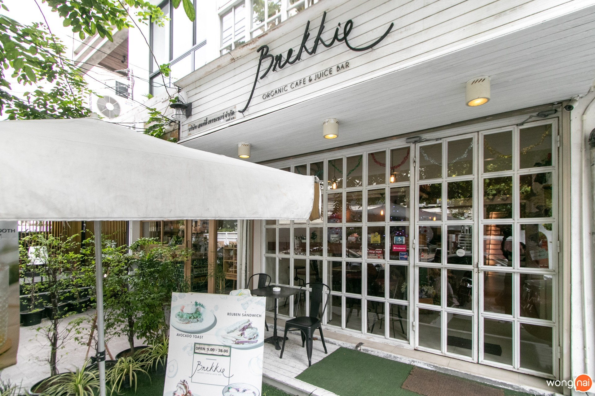 บรรยากาศหน้าร้าน ของร้าน Brekkie Organic Cafe