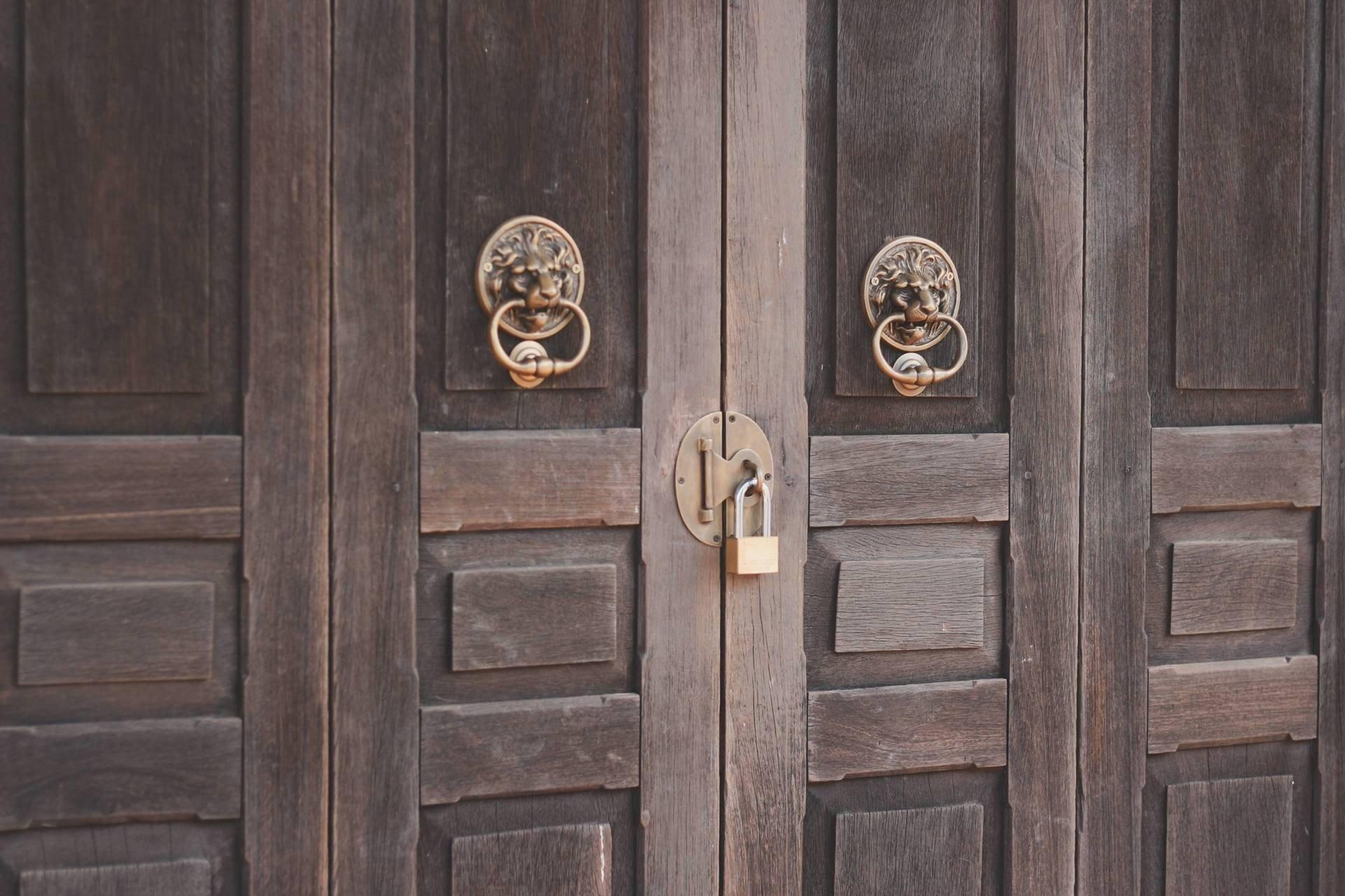 รายละเอียดของมือเปิดประตูที่เป็นงานโลหะ