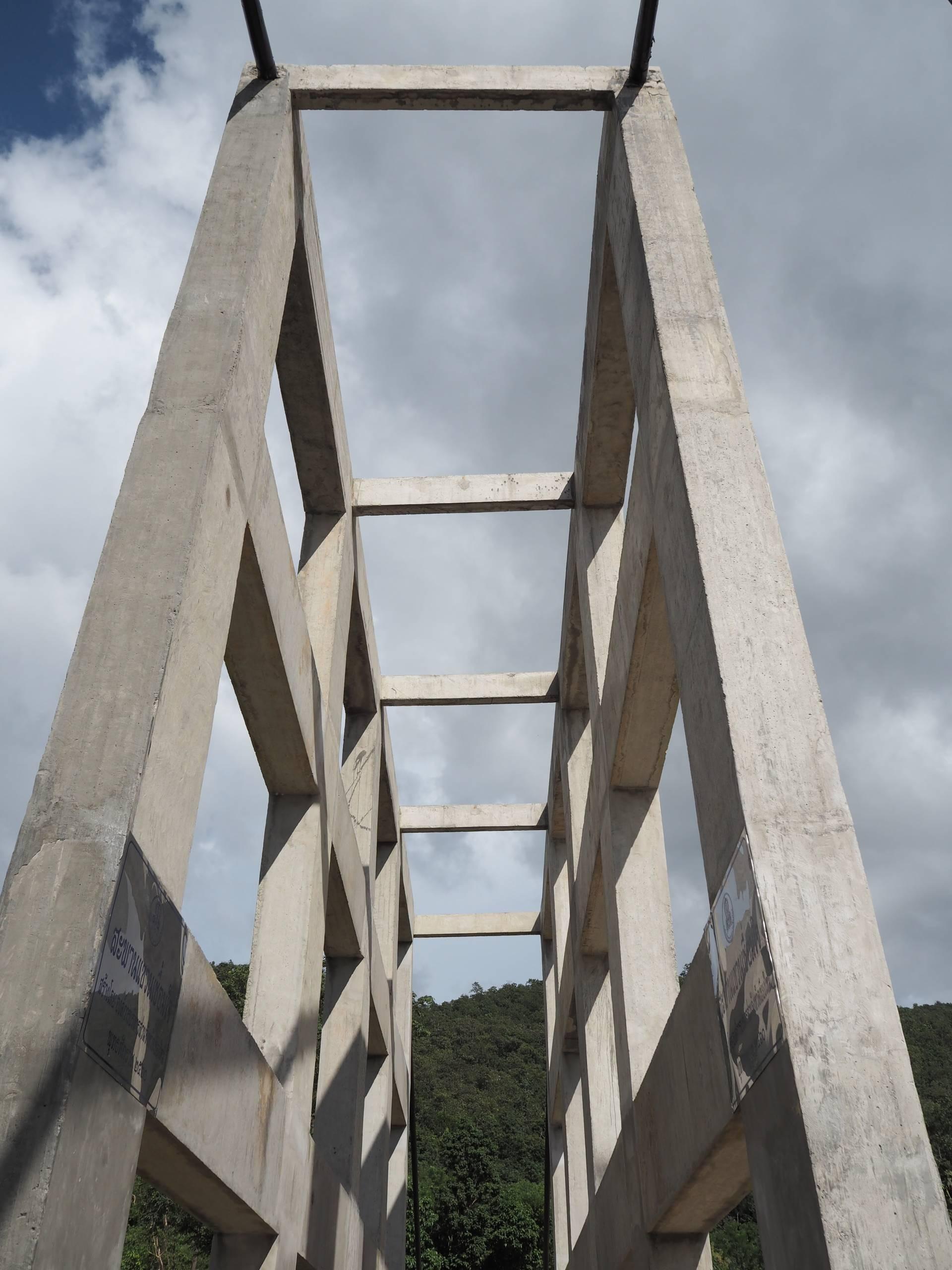สะพานแขวนเขื่อนแม่กวง รับลมเย็นๆ ถ่ายรุปสวยๆ