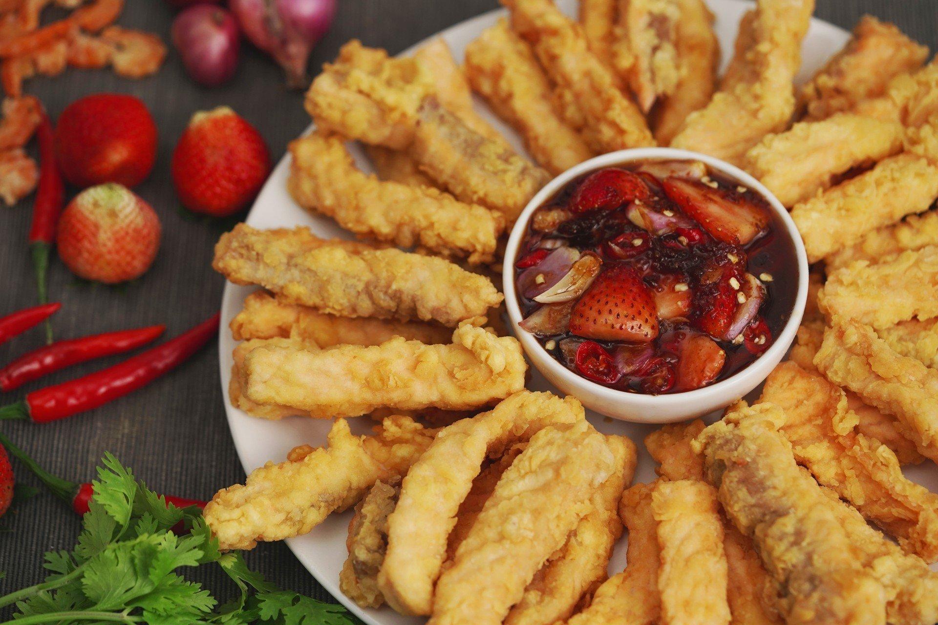 ยำปลาแซลมอนทอดนำ้ปลาหวาน