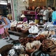 มุมอาหารตลาดโก้งโค้ง