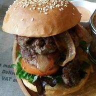 เบอร์เกอร์ต้นตำรับ (เพิ่มเนื้อ) - เนื้อดรายเอจด์ 200 กรัม (2 ชิ้น), เบคอน, หอมผัด, มะเขือเทศ และผักสลัด