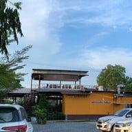 หน้าร้าน ครัวแม่ส้มเกลี้ยงริมแม่น้ำบางปะกง