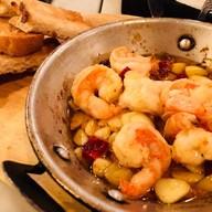 กุ้งผัดกระเทียมพริกแห้งกับขนมปังย่าง