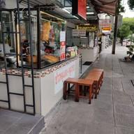 หน้าร้าน ธานี ข้าวหมูแดง-หมูกรอบ โชคชัย 4 ซอย 28