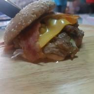 """เมนูของร้าน OverSize Cheese Burger """"halal"""" นวลจันทร์ 36"""