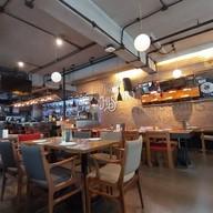 บรรยากาศ Mellow Restaurant & Bar Penny's Balcony ทองหล่อ 16