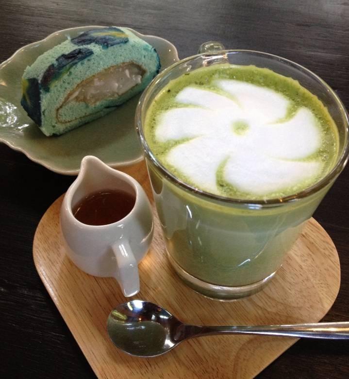 รับชาเขียวลาเต้ร้อนๆกะโรลอัญชันอร่อยๆ เป็นอาหารว่างไหมครับ :)