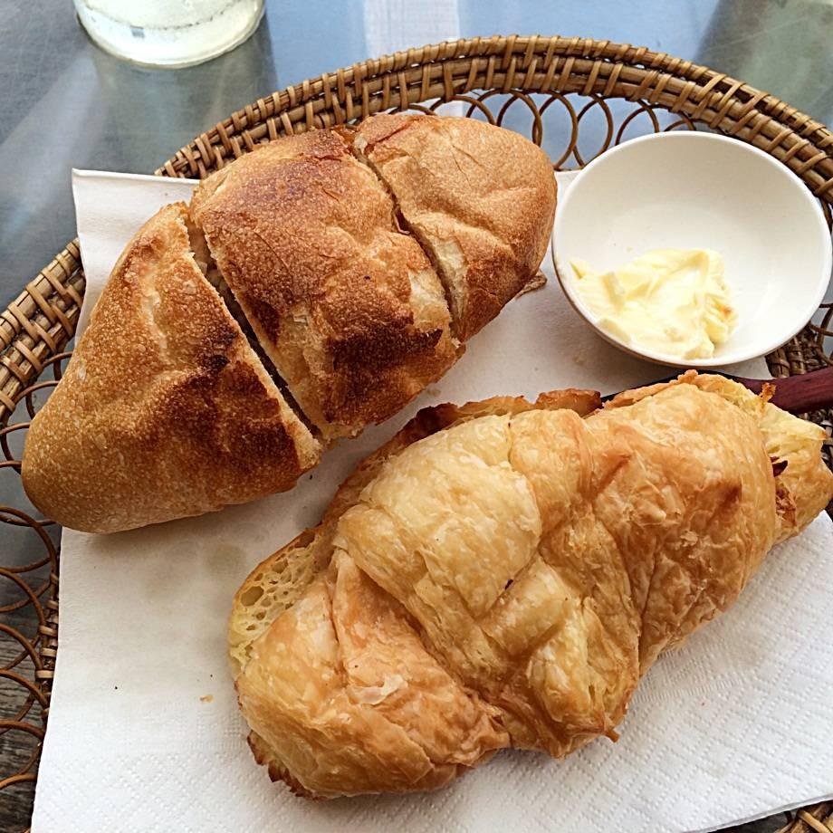 ขนมปังกับครีวซองค์เนยของที่ร้านค่ะจะเสริฟมาแบบร้อนๆ