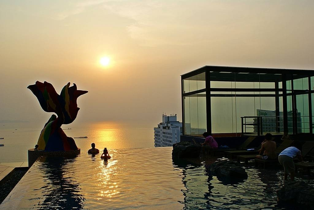 วิวสวยๆ ยามพระอาทิตย์ลาลับขอบฟ้า พร้อมทะเลพัทยาที่อยู่เบื้องหลัง