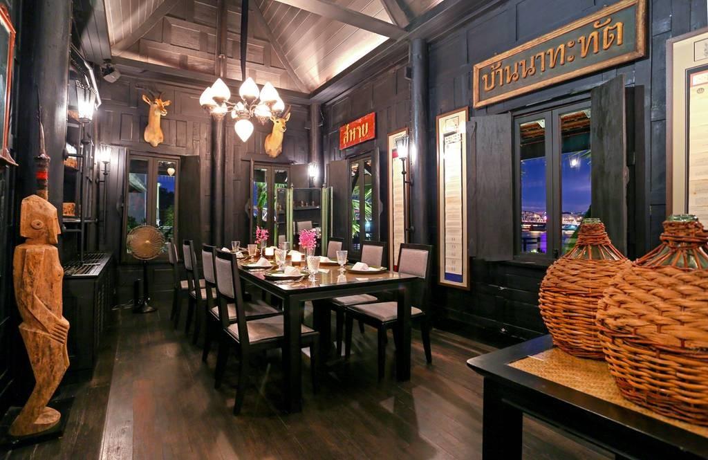 ห้องอาหารช้อนตกแต่งด้วยของโบราณทรงคุณค่า กับวิวแม่น้ำเจ้าพระยา