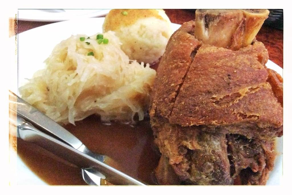 Schweinehaxe mit Sauerkraut und Knödel