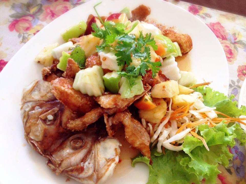 ปลาทับทิมเกียรตินำ อันนี้ชอบที่มีผลไม้โรยๆกับปลาเค้าตัดมาเป็นชิ้นๆแล้ว