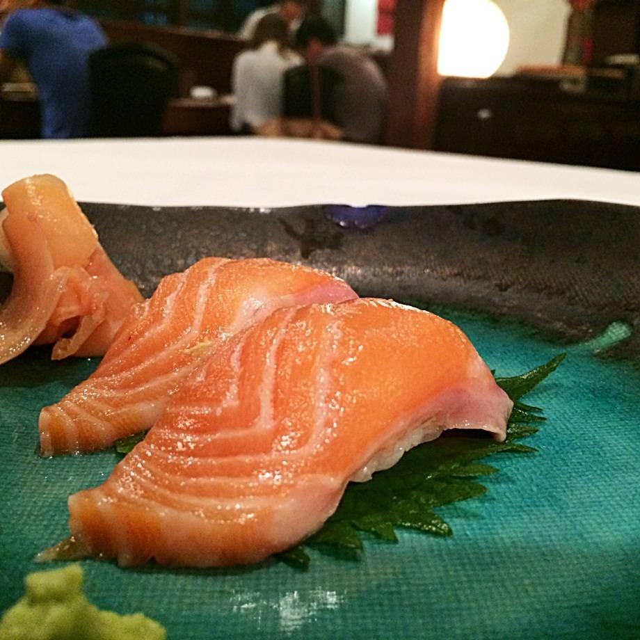 สั่งซูชิหน้าปลาแซลม่อนมาค่ะ เนื้ออูมมากก