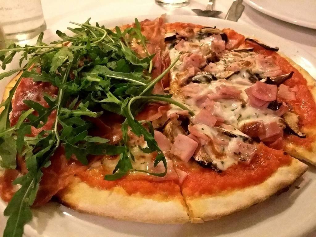 Pizza Parma Ham&Rocket อีกครึ่งham& Mushroom