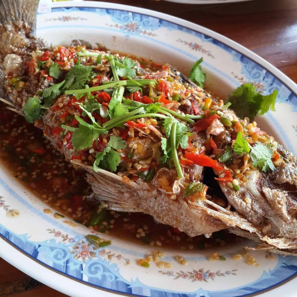 ปลากระพงราดพริก (370 บาท)