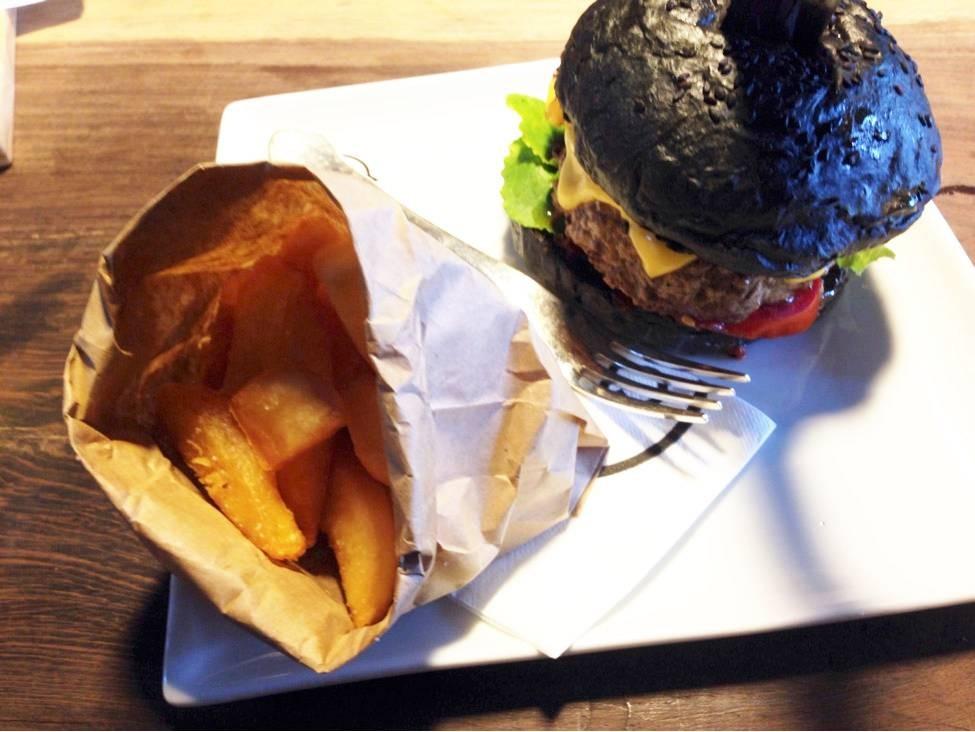 เบอร์เกอร์ขนมปังสีดำทำจากผงถ่าน Charcoal เสริฟเคียงคู่มากับเฟรนซ์ฟราย