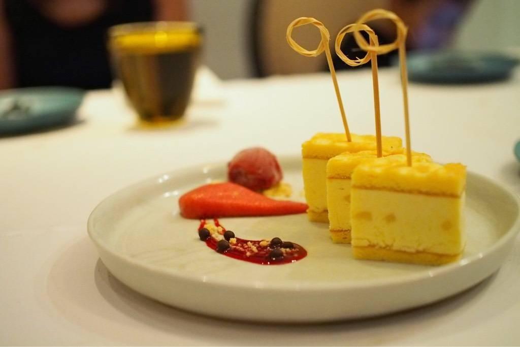 ไอศครีมขนุนตัดเสิร์ฟกับเค้กสาลี่ (180บาท)