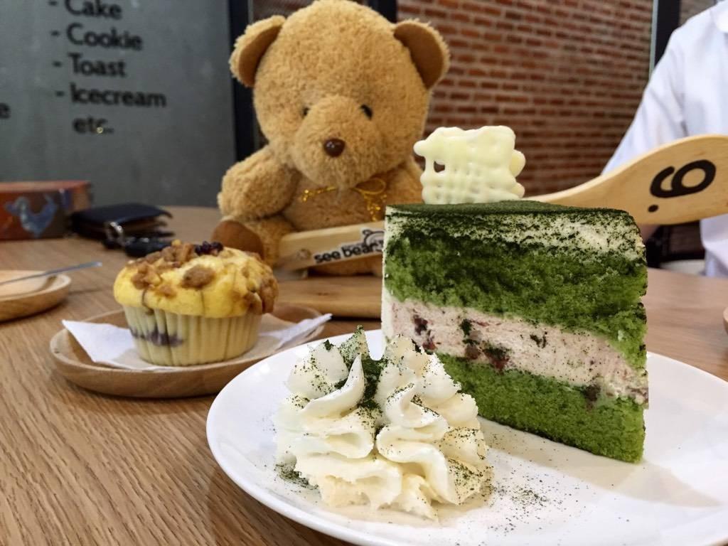 Red Bean Green Tea Cake 65฿ & Blueberry Muffin