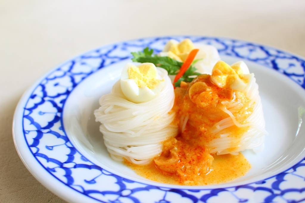 ราดน้ำพริกลงบนขนมจีนแล้วพร้อมทาน