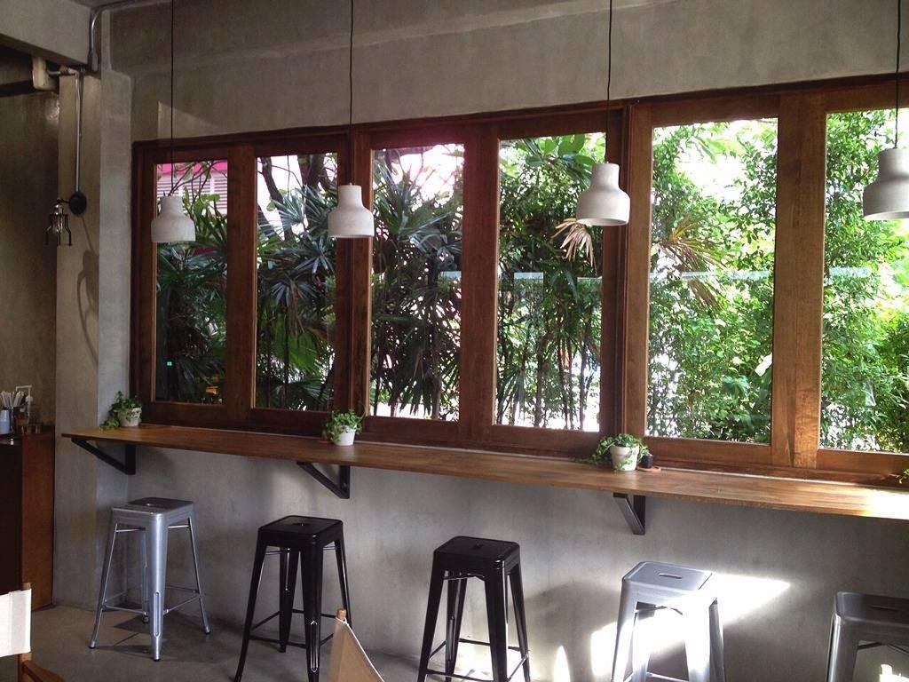 ที่นั่งบาร์ริมหน้าต่างมองเห็นสวน