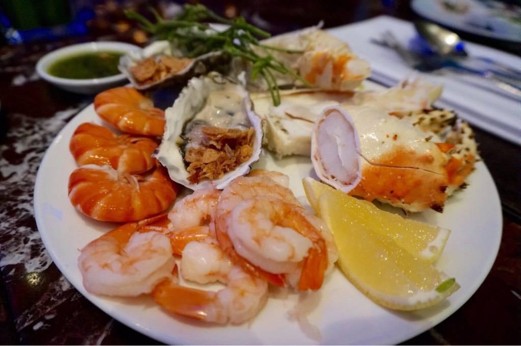 อาหารทะเล --คิวยาวเหลือเกินแล้วแน่นจานเลย