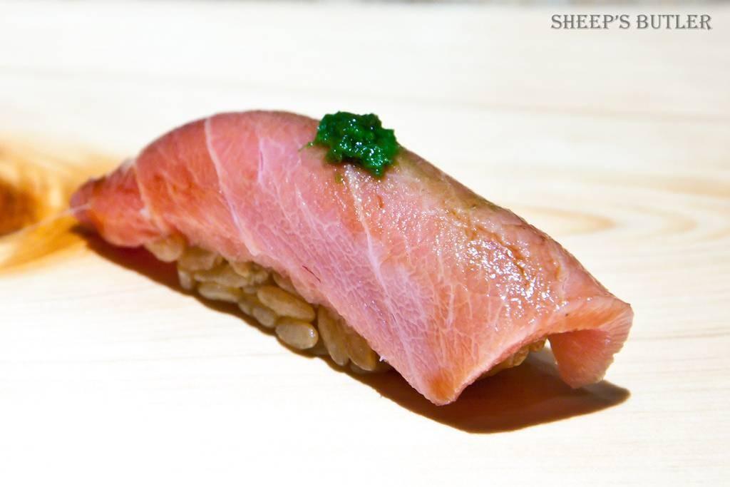 Chutoro โดยเชฟเลือกเปลี่ยนเป็นข้าวที่ใช้น้ำส้มสายชูสีแดงทำให้ได้รสเปรี้ยวมากขึ้น