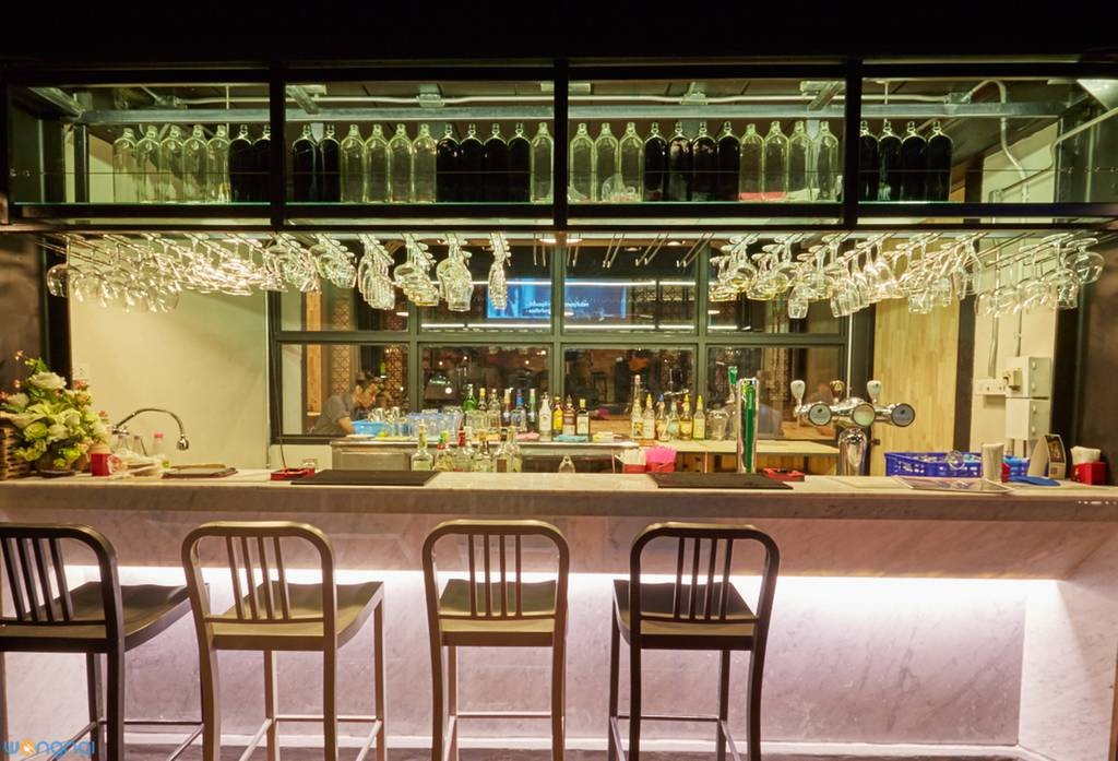 Hybrid bar and bistro