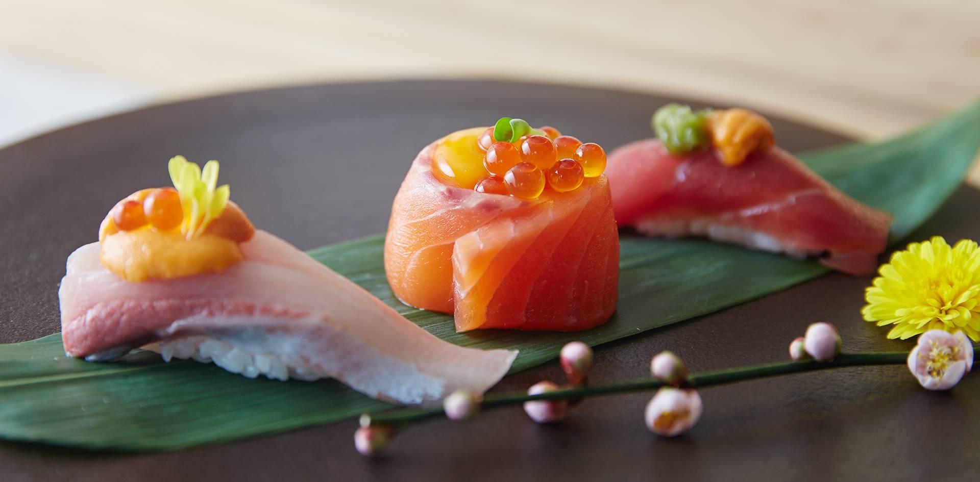 """Hamachi Unikura"", ""Salmon Oyako Sushi"" , และ ""Tenmi Uni Sushi"""